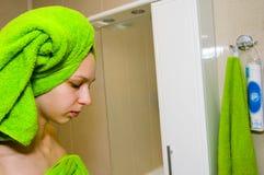 Mädchen im Badezimmer stockfotos