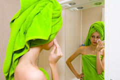 Mädchen im Badezimmer stockbild