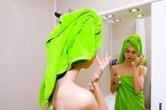 Mädchen im Badezimmer lizenzfreie stockfotos