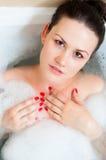 Mädchen im Badezimmer lizenzfreie stockfotografie