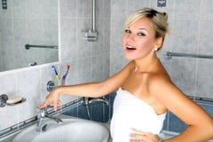 Mädchen im Badezimmer Stockfoto