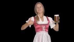 Mädchen im bayerischen nationalen Kostüm mit Becher Bier stock video footage