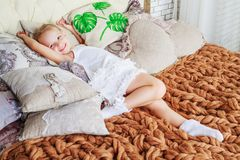 Mädchen im Bett lizenzfreies stockbild