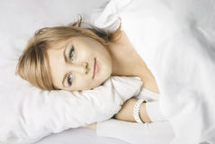 Mädchen im Bett Stockfotografie