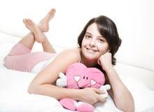 Mädchen im Bett mit Spielzeug Stockfotos