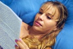 Mädchen im Bett schreiend mit Liebesbrief vom Freund Stockbilder