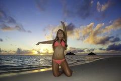 Mädchen im Bikini auf dem Strand Lizenzfreie Stockbilder