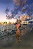 Mädchen im Bikini auf dem Strand Lizenzfreies Stockbild