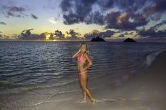Mädchen im Bikini auf dem Strand Stockbild