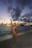 Mädchen im Bikini auf dem Strand Stockfoto