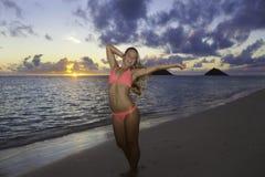 Mädchen im Bikini auf dem Strand Stockfotos