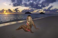 Mädchen im Bikini auf dem Strand Lizenzfreie Stockfotos