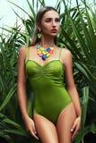 Mädchen im Bikini auf Inseldschungel Lizenzfreies Stockfoto