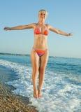 Mädchen im Bikini in dem Meer Lizenzfreie Stockbilder