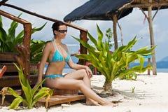 Mädchen im Bikini in den Tropen stockbild