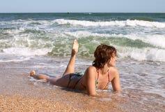 Mädchen im Bikini in den Wellen stockfoto