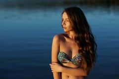 Mädchen im Bikini, der im Wasser steht Stockbilder