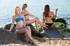 Mädchen im Bikini, der sunbath nimmt Stockfotos