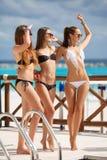 Mädchen im Bikini entspannen sich auf dem Hintergrund des Ozeans Stockfotografie