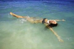 Mädchen im Bikini an lanikai Strand Lizenzfreies Stockbild
