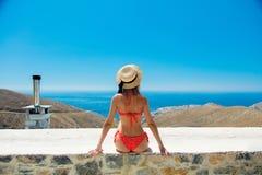 Mädchen im Bikini mit blauem Meer und im Himmel auf Hintergrund lizenzfreies stockbild