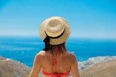 Mädchen im Bikini mit blauem Meer und im Himmel auf Hintergrund stockfotografie