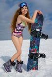 Mädchen im Bikini mit Snowboard Stockfotografie