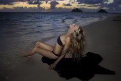 Mädchen im Bikini am Strand Stockfotos
