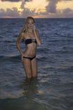 Mädchen im Bikini am Strand Stockbilder