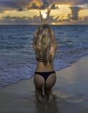 Mädchen im Bikini am Strand Lizenzfreie Stockbilder
