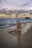 Mädchen im Bikini am Strand Stockfoto