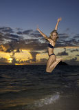 Mädchen im Bikini am Strand Lizenzfreie Stockfotos