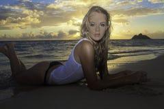 Mädchen im Bikini am Strand Lizenzfreies Stockbild
