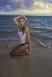 Mädchen im Bikini am Strand Stockbild