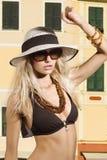 Mädchen im Bikini und in den Sonnenbrillen Stockfoto