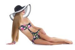 Mädchen im Bikini und im Sommerhut Stockfotos