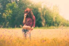 Mädchen im Bild eines Cowboys stockfotografie