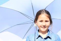 Mädchen im Blau mit weißem Regenschirm Lizenzfreie Stockfotos