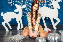 Mädchen im Blau und in den Dekorationen der weißen Weihnacht Lizenzfreie Stockfotos
