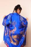 Mädchen im blauen asiatischen Bademantel mit Drachen Stockbilder