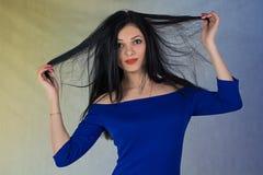 Mädchen im blauen Kleid Stockfotografie