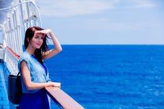 Mädchen im blauen Kleid und Hut haben eine Reise auf einem Boot lizenzfreie stockfotos