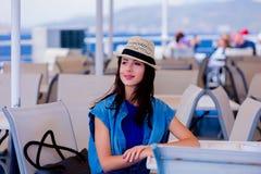 Mädchen im blauen Kleid und Hut haben eine Reise auf einem Boot stockbild