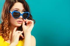 Mädchen im blauen Sonnenbrilleporträt Stockfotografie