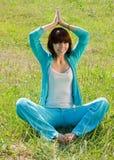 Mädchen im blauen Trainieren auf Wiese Stockfoto