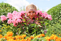 Mädchen im Blumen Wreath und in der traditionellen Kleidung stockbild