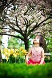 Mädchen im Blumengarten lizenzfreie stockbilder
