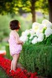Mädchen im Blumengarten lizenzfreies stockfoto