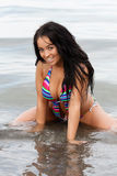 Mädchen im bunten Bikini lizenzfreies stockfoto
