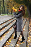 Mädchen im bunten Herbst des Parks Stockbilder
